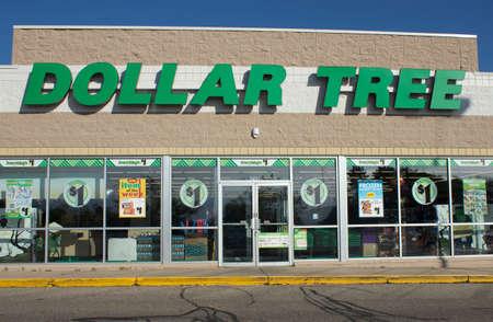River Falls, Wisconsin-NOVEMBER 6,2014: Dollar Tree Retail Storefront. Dollar Tree in Chesapeak, Virginia ansässig und betreibt mehr als viertausend Einzelhandelsgeschäften. Standard-Bild - 33324990