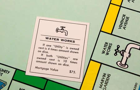 monopolio: River Falls, Wisconsin-febrero 18,2015: Una vista de cerca de un tablero de Monopoly que ofrece la carta Water Works.