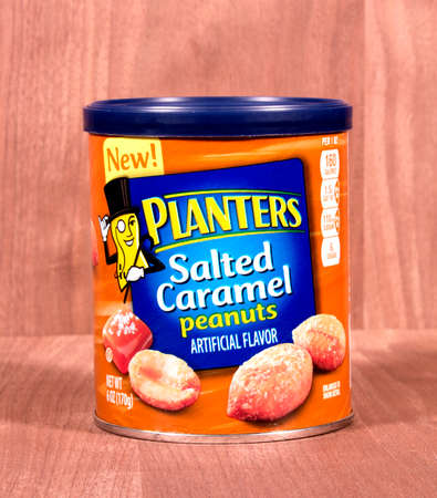 jardineras: River Falls, Wisconsin-febrero 21,2015: Una lata de cacahuetes Plantadores Salados caramelo. Jardineras es una divisi�n de Kraft Foods.