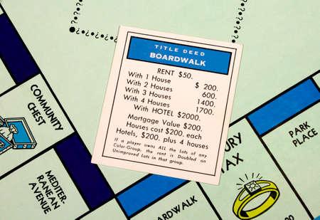 River Falls, Wisconsin-Februar 22,2015: Closeup der ein Monopoly-Spielbrett mit den Boardwalk Karte. Standard-Bild - 36941612