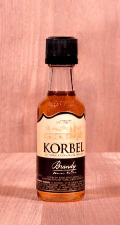 distilled: RIVER FALLS, WISCONSIN-MARZO 23,2015: Una dimensione bottiglia campione di Korbel brandy. Questo brandy � distillato da F. Korbel e Fratelli di Digiorgio, California. Editoriali