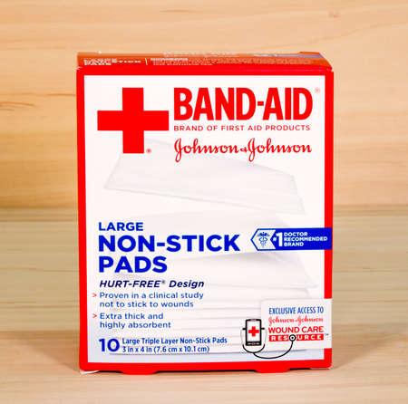antiaderente: RIVER FALLS, WISCONSIN-APRIL3,2015: Una scatola di marca Band-Aid grandi rilievi antiaderenti. Questo prodotto � distribuito da Johnson e Johnson di New Brunswick, New Jersey. Editoriali