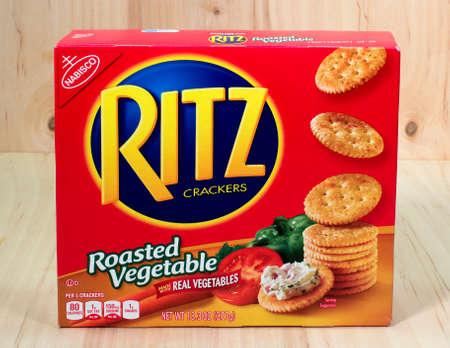 River Falls, Wisconsin-24. April 2015: Eine Schachtel Ritz Marke gerösteten Gemüse-Snack Cracker. Ritz Cracker werden durch Nabisco von East Hanover, New Jersey vertrieben. Standard-Bild - 39323894