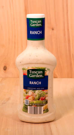 RIVER FALLS,WISCONSIN-APRIL 30,2015: A bottle of Tuscan Garden brand Ranch salad dressing. Tuscan Garden products are sold by Aldi Incorporated. Banco de Imagens - 39470329