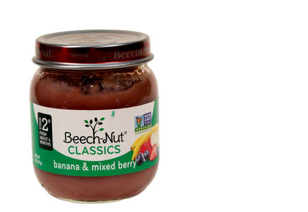 RIVER FALLS,WISCONSIN-MAY26,2015: A jar of Beech-Nut banana and mixed berry baby food. This product is distributed by Beech-Nut Nutrition Corporation. Redakční