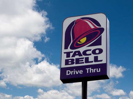 River Falls, Wisconsin-Juni 02,2015: Ein Einzelhandelszeichen für Taco Bell-Restaurant-Kette. Taco Bell dient mehr als zwei Milliarden Kunden pro Jahr. Standard-Bild - 40667894
