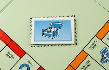 monopolio: River Falls, Wisconsin NOVIEMBRE 06,2015: Un tablero de Monopoly con las tarjetas de Caja de comunidad. Monopoly se origin� en los Estados Unidos en mil novecientos tres.