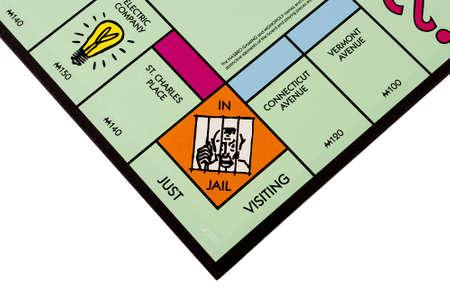 monopoly: River Falls, Wisconsin NOVIEMBRE 07,2015: Una vista de cerca de un tablero de Monopoly que ofrece la plaza cárcel en. Editorial