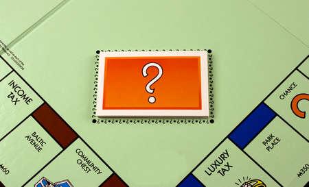 monopolio: River Falls, Wisconsin NOVIEMBRE 11,2015: Un tablero de Monopoly con las cartas de juego. Monopoly se origin� en los Estados Unidos en mil novecientos tres.