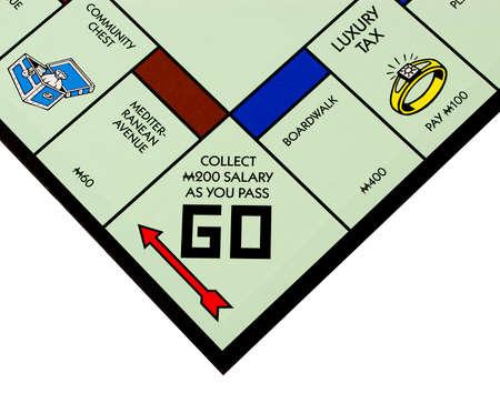 monopolio: River Falls, Wisconsin-noviembre 17,2015: Un tablero de Monopoly con la plaza Go. Monopoly se origin� en los Estados Unidos en mil novecientos tres. Editorial