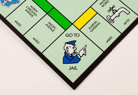 monopoly: River Falls, Wisconsin NOVIEMBRE 07,2015: Una vista de cerca de un tablero de Monopoly con el ir a la plaza cárcel