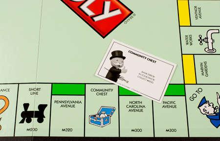 monopoly: River Falls, Wisconsin-noviembre 23,2015: Una vista de cerca de un tablero de Monopoly ofrece la carta de Community Chest. Editorial