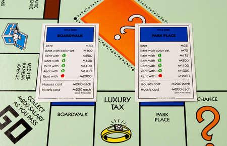 monopoly: River Falls, Wisconsin-noviembre 24,2015: Un tablero de Monopoly con las tarjetas de Park Place y Boardwalk. Monopoly se originó en los Estados Unidos en mil novecientos tres. Editorial