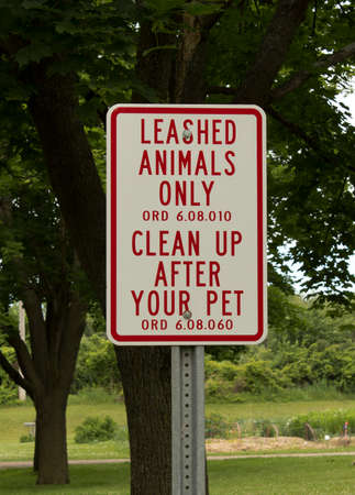 ordenanza: RIVER FALLS,WISCONSIN-AUGUST 19,2016: A sign indicating that people must clean up after their pets.