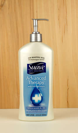 RIVER FALLS,WISCONSIN-NOVEMBER 27,2016: A bottle os Sauve brand skin care lotion. 新聞圖片