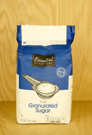 RIVER FALLS, WISCONSIN-SEPTIEMBRE 14,2017: Un bolso de cuatro libras de azúcar granulada con un fondo de madera. Foto de archivo - 85963591