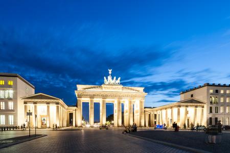 De Brandenburger Tor Duitse Brandenburger Tor is een voormalige stadspoort, herbouwd in de late 18e eeuw als een neoklassieke triomfboog, en nu een van de meest bekende bezienswaardigheden van Duitsland Stockfoto