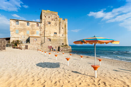 Torre Mozza is een 16e-eeuwse Toscaanse kust toren, nu een gerenommeerde blauwe vlag strand in Toscane, Italië