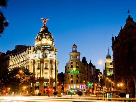 Madrid, Spanje - 29 juli 2010: De Metropolis-gebouw en de Gran Via in de nacht