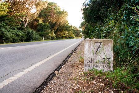 Old mileston along the Strada Provinciale 7 in Tuscany, Italy 版權商用圖片