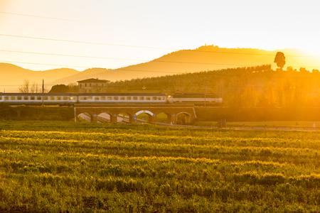 Spoorwegbrug over de weg in Toscane, Italië