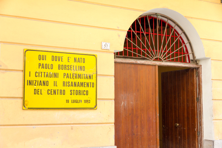 cosa: Palermo, Italy - April 20, 2015: plaque in memory of Paolo Borsellino, set on the facade of his native home in the Kalsa district. It reads: Here where Paolo Borsellino was born the citizens of Palermo begin the old tower center renewal - 19th of July, 19