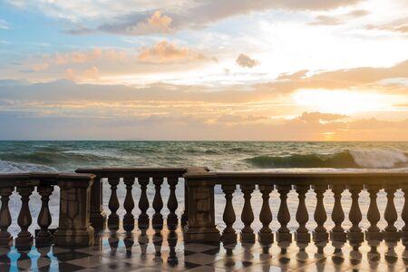 baranda para balcon: La Terrazza Mascagni es un amplio mirador sinuoso, sugerente hacia el mar en Leghorn, Italia
