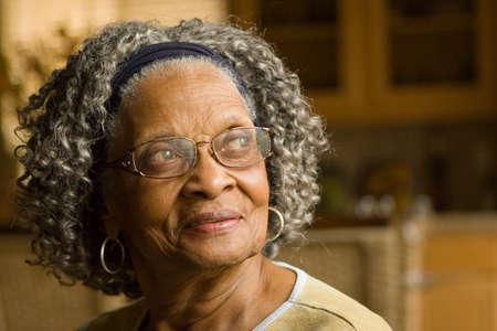 행복 한 노인 아프리카 계 미국인 여자 그녀의 집에서.