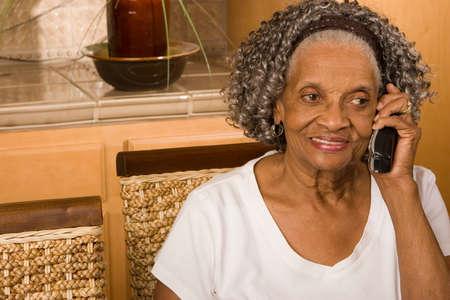 노인 아프리카 계 미국인 여자 전화 얘기입니다. 스톡 콘텐츠