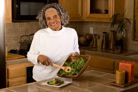 彼女の家で幸せな高齢者のアフリカ系アメリカ人の女性。