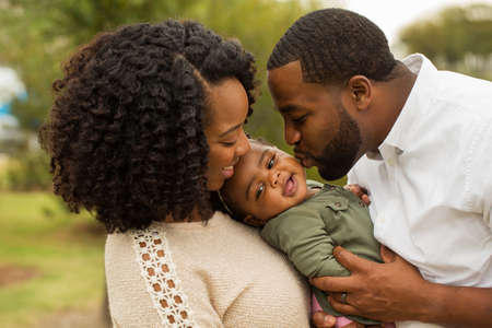 Gelukkig Afro-Amerikaanse familie met hun baby. Stockfoto - 68239198