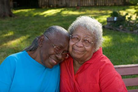 행복한 성숙한 흑인 자매 웃으면 서 웃고입니다.