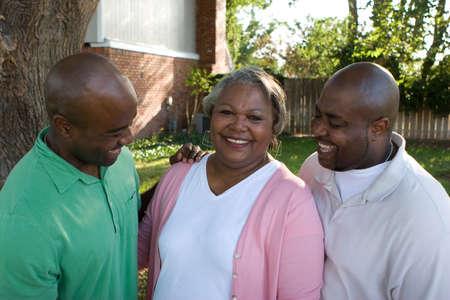 アフリカ系アメリカ人の母と彼女の息子。