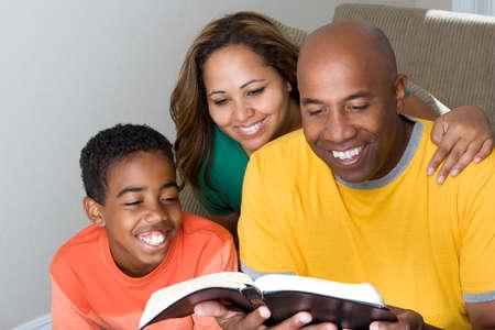 African American multikulturelle Familie die Bibel zu lesen. Standard-Bild