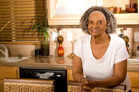 집에서 노인 아프리카 계 미국인 여자의 초상화.