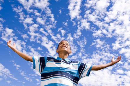 両手を広げて幸せなアフリカ系アメリカ人の少年。