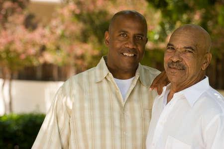 아프리카 계 미국인 아버지와 그의 성인 아들입니다. 스톡 콘텐츠