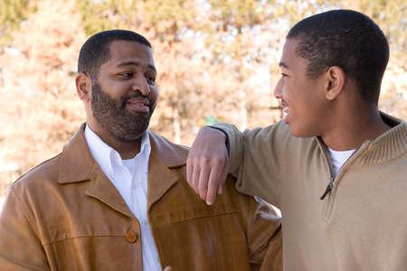 アフリカ系アメリカ人の父と彼の 10 代の息子。