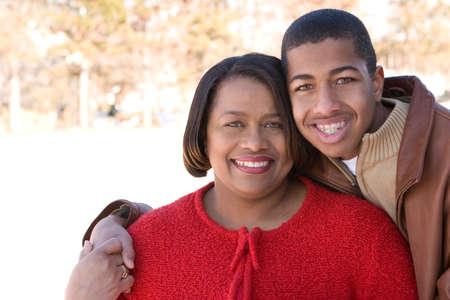 アフリカ系アメリカ人の母と彼女の 10 代の息子。