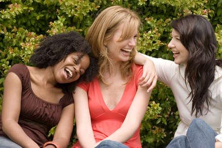 Diverse vrouw in een kleine groep praten. Stockfoto