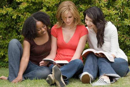 작은 그룹 독서에있는 다양한 여자.