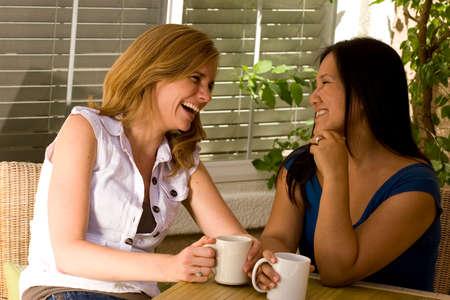 커피와 이야기하는 여성의 다양 한 그룹입니다.