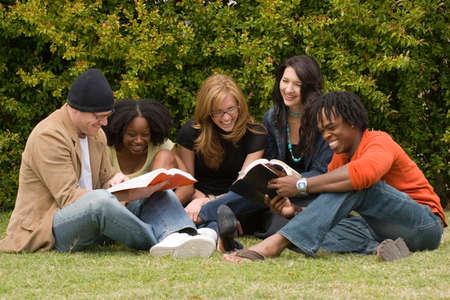 gruppo eterogeneo di persone che leggono e studiano.