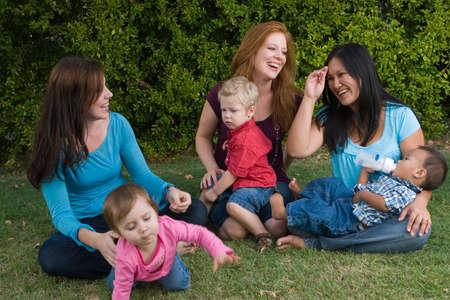 재생하는 어머니와 자녀의 그룹입니다.