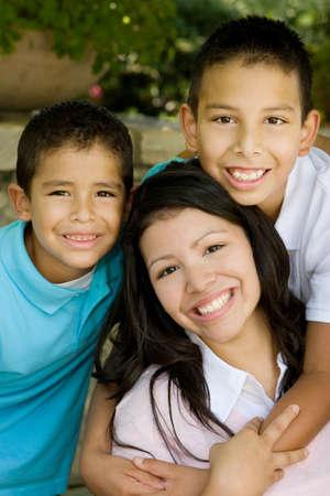 幸せなヒスパニック系の母と彼女の息子。