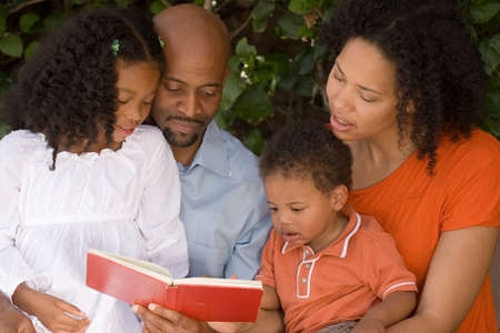 アフリカ系アメリカ人の母と父と子供たち。