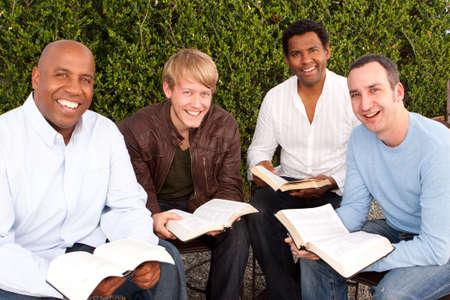 Zróżnicowana grupa mężczyzn studiuje razem. Zdjęcie Seryjne