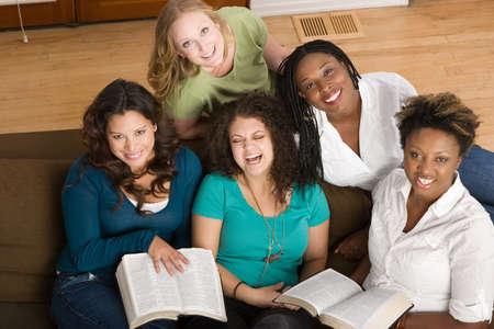 Diverse groep vrouwen samen studeren.
