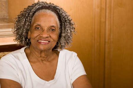 家庭で高齢者のアフリカ系アメリカ人女性の肖像画。