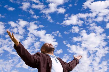 African American człowiek stading zewnątrz z otwartymi ramionami. Zdjęcie Seryjne